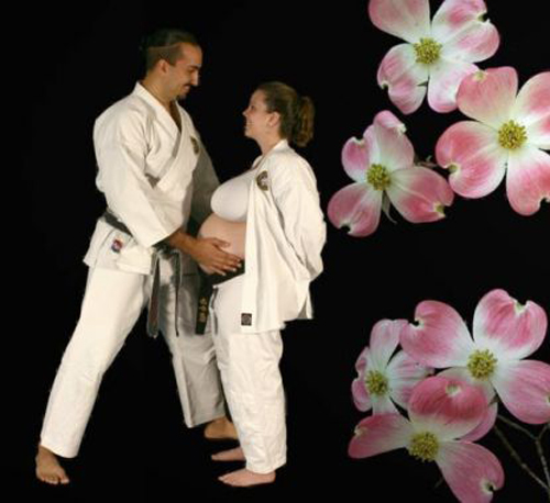 Pregnant karate Bad pregnancy pictures, funny pregnant, funny pregnancy pictures, worst pregnancy pictures, bad maternity photos, funny maternity, funny pictures, awkward family photos
