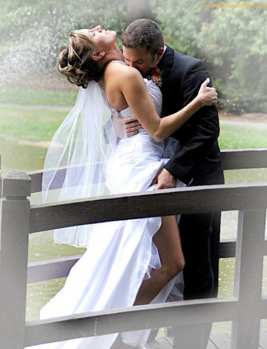 Bride & Groom Going at it Funny Wedding Pictures Bad Wedding Photos Worst Wedding Pics Disasters Crazy Photography ideas
