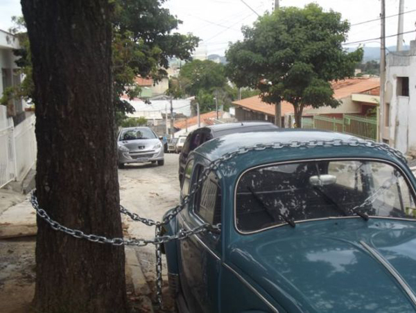 Car Chained to tree redneck solution Funny Pictures Random Pics Dump Stupid Humor Memes Weird Strange WTF LOL Goofy