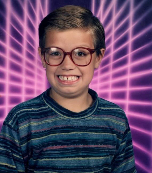 27 Funny Family Photos & Vintage Snaps ~ funny elementary school picture with laser beams backdrop
