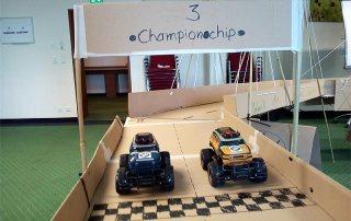 Company Bridge Team Event: Zwei Modellautos stehen am Start