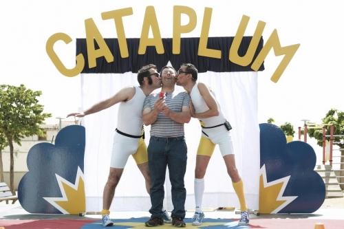 """Cataplum es una exclamación onomatopéyica que expresa la explosión de risas, aplausos y diversión del público… sin golpes ni caídas para nadie.  Espectáculo dinámico, divertido y con números participativos con voluntarios del público. Utilizando las disciplinas circenses de: diábolos, equilibrios, malabares, acrobacia y mucho humor.  Cataplum es un espectáculo de circo directo y muy participativo para todo tipo de públicos.  Torri di Chous y Richi di Chous son los dos peculiares personajes que nos asombrarán con sus extrañas y sorprendentes habilidades circenses. Y todo esto con un único fin, no hacer cataplum!  CIRCO LA RASPA  Es una compañía de circo y teatro fundada en el año 2007.  Freak-Show, Cataplum, FelpudoMan y Escobilla y nuestro Taller de Circo son las propuestas con las que han llevado una forma de entender el circo por festivales, ferias, pueblos y ciudades.  Sus espectáculos son sencillos, directos y divertidos, con un corte de """"circo clásico y familiar"""" que  entretienen, hacen reír y disfrutar, eso sí, siempre con un mensaje detrás que transmita alegría, autosuperación, respeto, igualdad de derechos… ponen su granito de arena para intentar hacer de este mundo, un lugar mejor."""