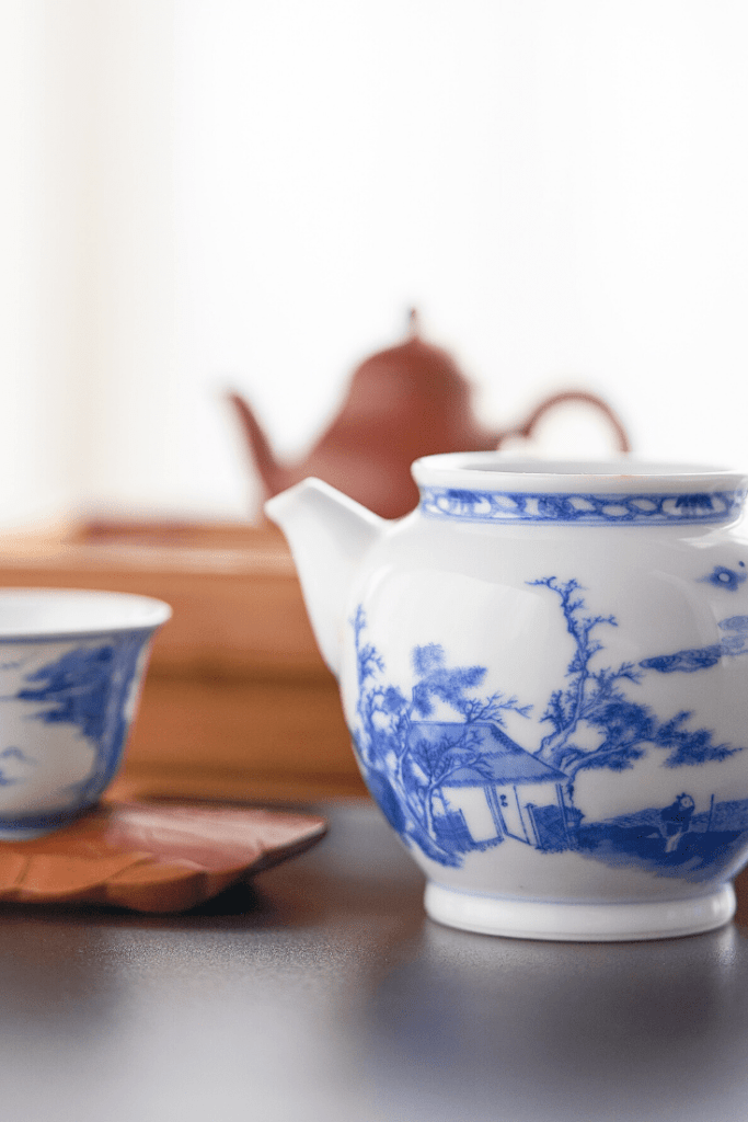 The search for a teapot is on! Tea with Mum needs a teapot, and not just for symbolic reasons. Where should I look? In a Japanese shop in Düsseldorf? Photo: Richard Iwaki on unsplash