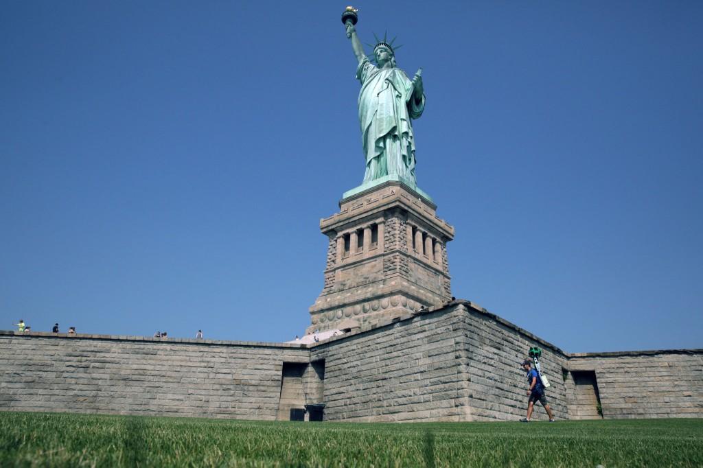 20140725 GOOGLE slide W7RL superJumbo 1024x682 قريباً سيمكنك التجول قرب تمثال الحرية من بيتك