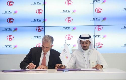 د. سلطان بن سعيد الرئيس التنفيذى لشركة STC حلول أثناء التوقيع