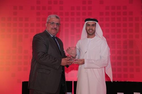 خالد اسماعيل يقدم الجائزة لسعادة الشيخ مروان بن جاسم السركال