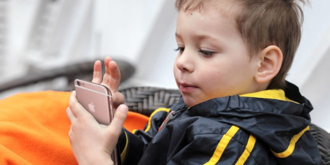 تيم كوك يحذّر من مخاطر الشبكات الاجتماعية على الأطفال