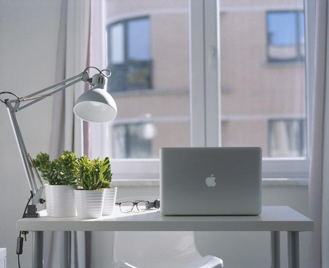 silver-macbook-air-and-goose-neck-lamp-939331.jpg
