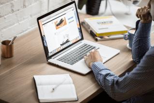 macbook writing blogging office working