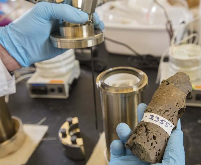 Basalt rocks like these can trap CO2 gas and convert it into an inert mineral. New research from scientists at Washington University shows how much CO2 a given basalt flow can trap and convert. (Photo: Joe Angeles/Washington University)