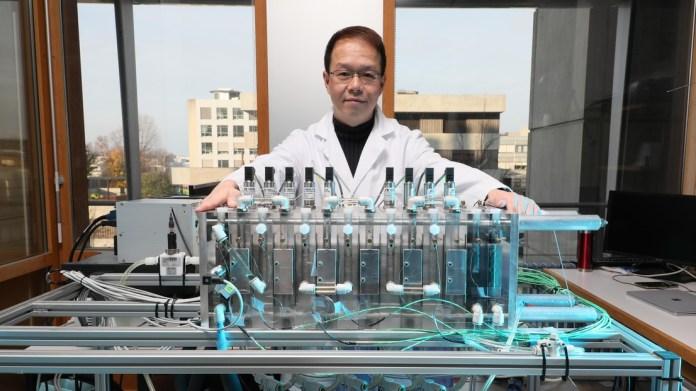 Jeff Ong, a mis au point un dispositif permettant de désaliniser l'eau de manière plus écologique © 2019 EPFL