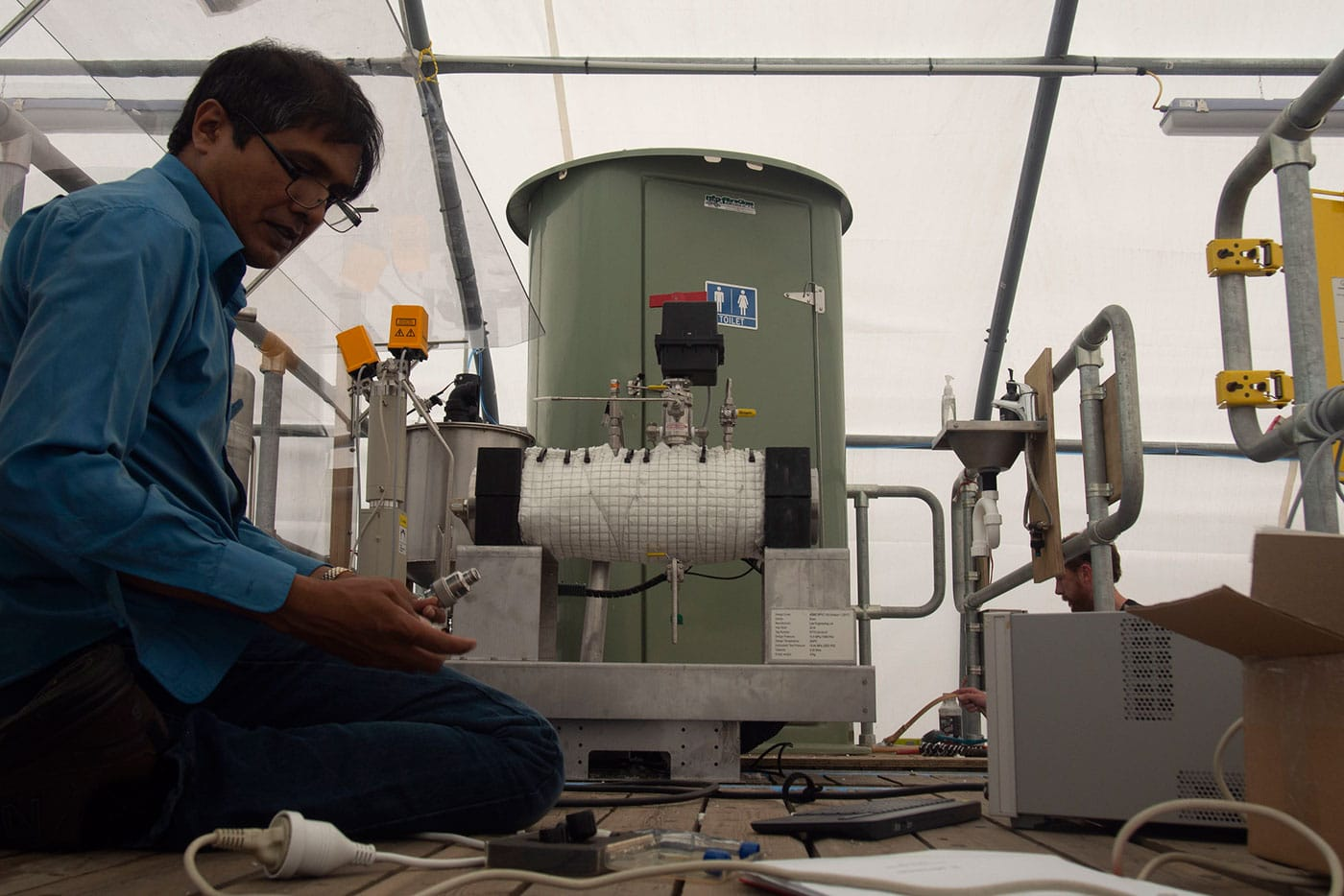 A poop vaporizing toilet to solve the sanitation problem