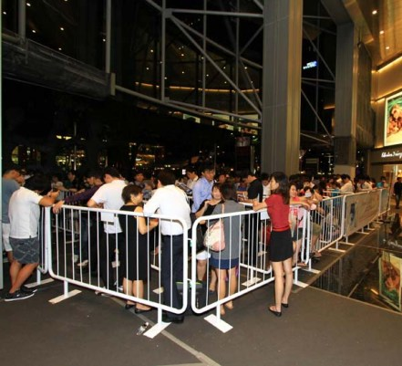 Huge crowd lining up for the launch of the GALAXY S III