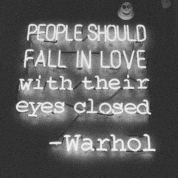 Люди должны влюбляться с закрытыми глазами.