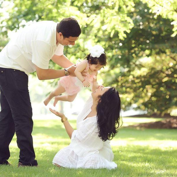 счастливая семья поздравляет ребенка с первым днем рождения