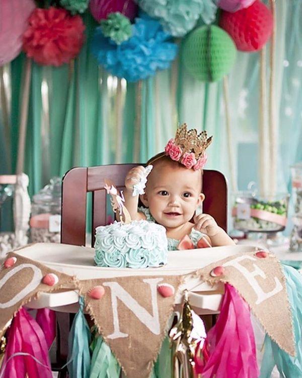 счастливый ребенок в его первый день рождения