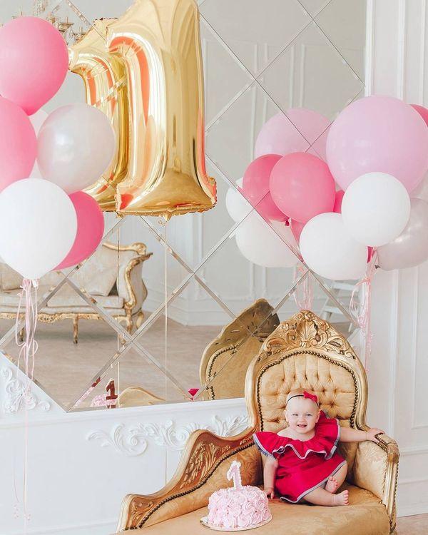 маленькая принцесса празднует свой первый день рождения