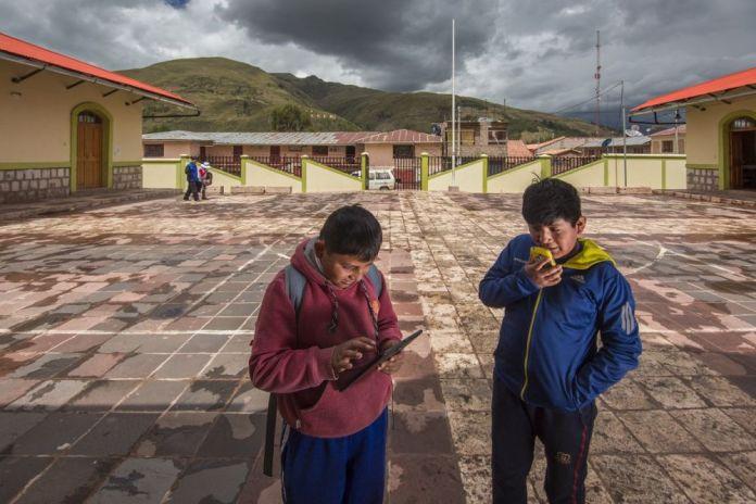 Telefónica busca conectar a los no conectados para transformar la vida de las personas y las comunidades rurales integrándolas de forma sostenible e innovadora con el mundo digital. Niños de Tinta (Cusco) disfrutando del internet móvil en la localidad.