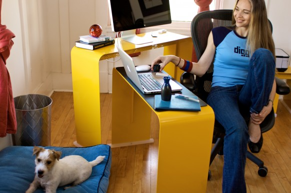 Yellow desk girl in Digg T-Shirt