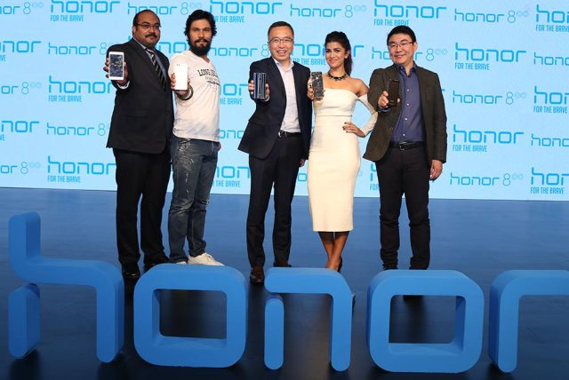 (Left to right) P Sanjeev, Vice President -Sales for Huawei India Consumer Business Group, Randeep Hooda, George Zhao, President of Honor, Nimrat Kaur, Peter Zhai, President, HUAWEI India Consumer Business Group