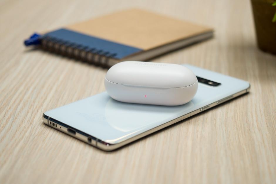 Galaxy-S10-Galaxy-Buds-wireless-charging
