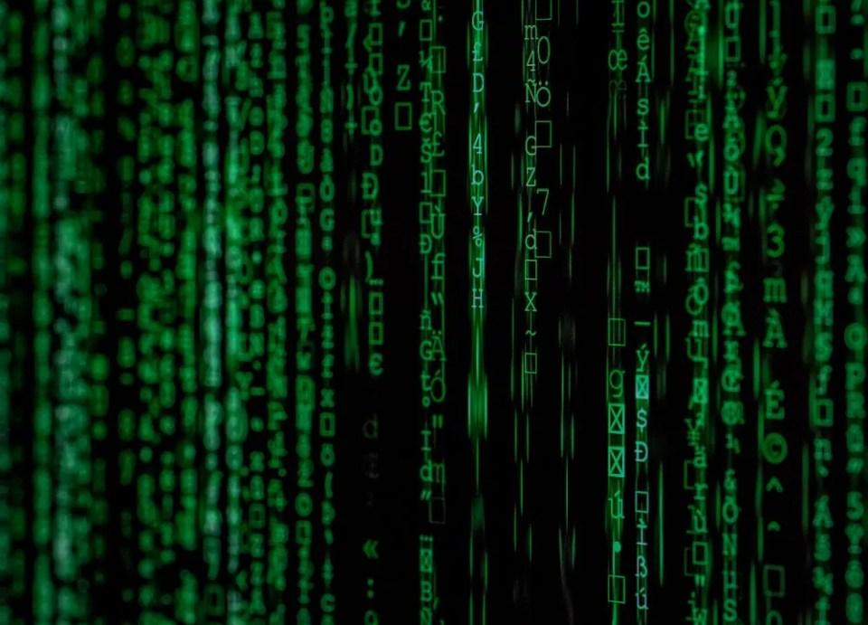 Matrix fue la primera película que planteó que existen probabilidades de que vivamos en una simulación