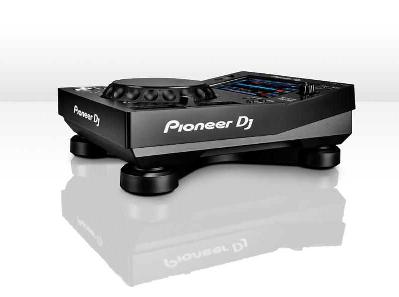 Pioneer_XDJ-700_SLIM-ANGLE_WHT_LR