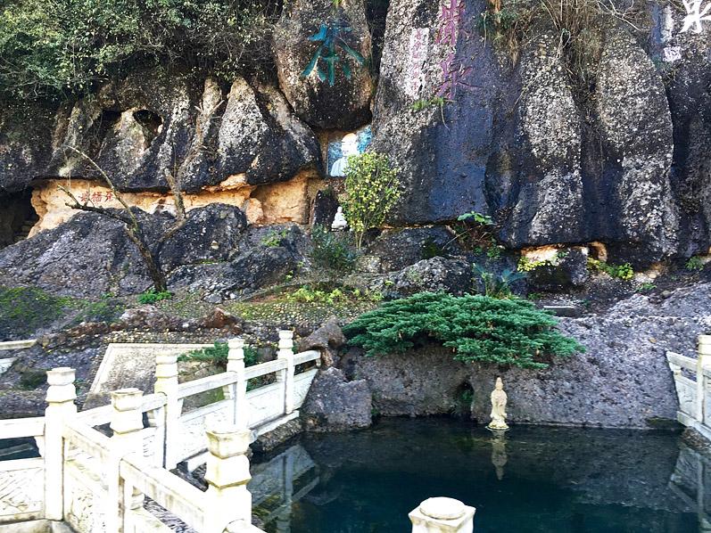 Bi Yan - die smaragdgrüne Felswand des Bi Yan Lu