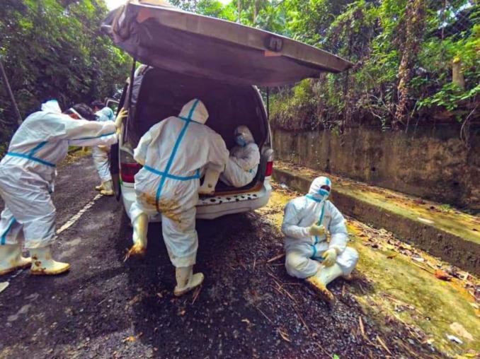 NGO, Abam Botak Van Jenazah menjalankan kerja amal mengurus, memandikan dan mengkafankan jenazah yang meninggal dunia akibat Covid-19 di Sandakan. FOTO Ihsan Abam Botak Van jenazah