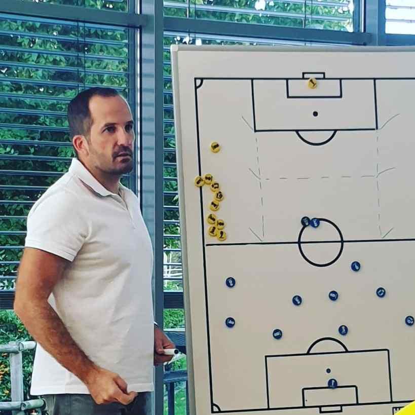 Manuel Baum an der Taktiktafel