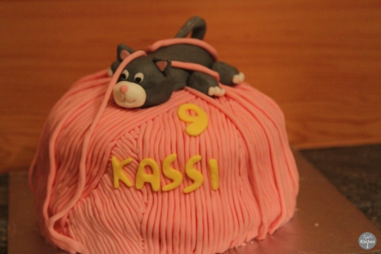 Eggless Vanilla Kitty Cake