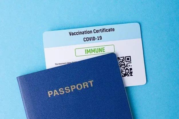 Toma de un pasaporte y una tarjeta de vacunación
