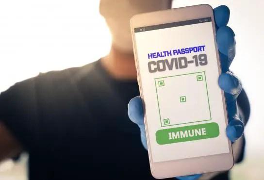 Teléfono con interfaz de App que indica si eres inmune al COVID-19