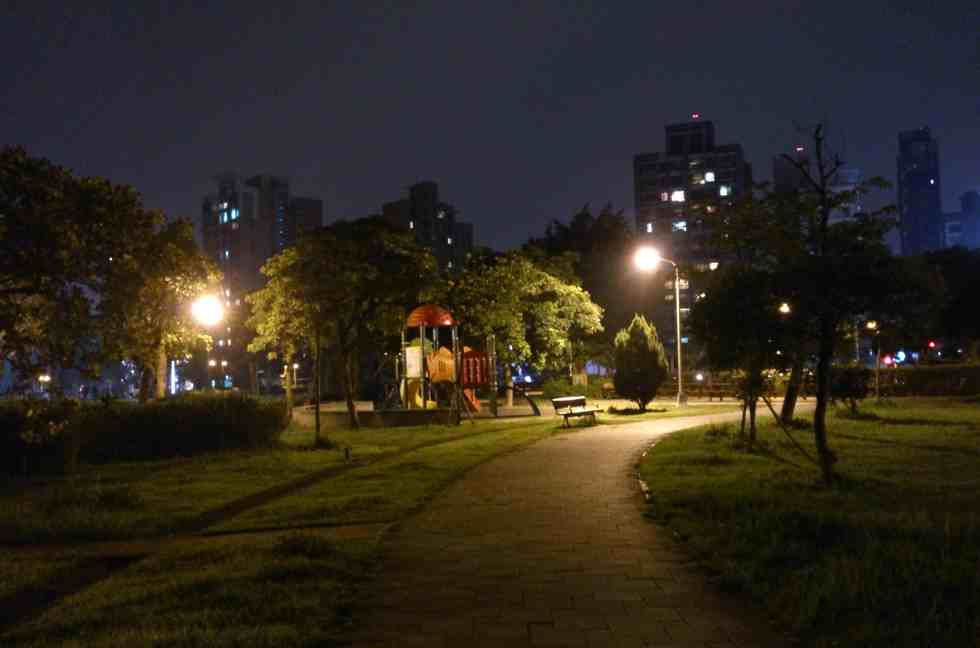 """Foto tirada a noite, sem flash no modo """"cena noturna""""."""
