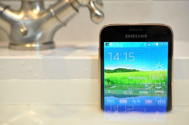 Samsung Galaxy S5 mini - en agua