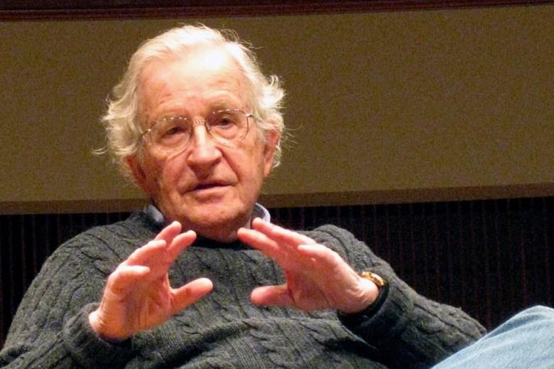 Chomsky advierte sobre los desafíos y las crisis que enfrenta la humanidad.