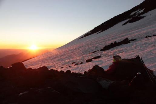 Sol en el horizonte desde el Lanin