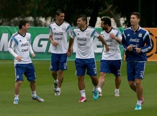 Higuaín pierde terreno de cara al debut y Lavezzi aparece entre los titulares