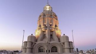 La cúpula del Palacio Barolo ubicado sobre la Avenida de Mayo.