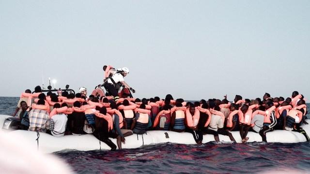 Cientos de miles de personas han cruzado el Mediterráneo desde África y Turquía hacia Europa en precarias embarcaciones en los últimos años tratando de escapar de conflictos armados