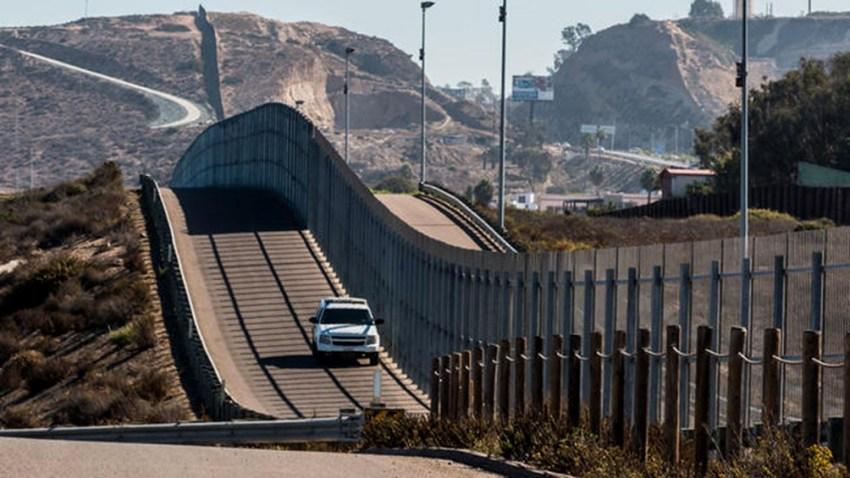El gobernador de Texas prometió continuar con la construcción del muro