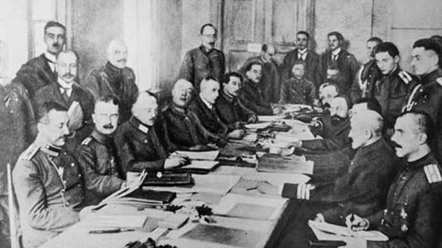 El Tratado de Versalles dio origen a la Liga de las Naciones.