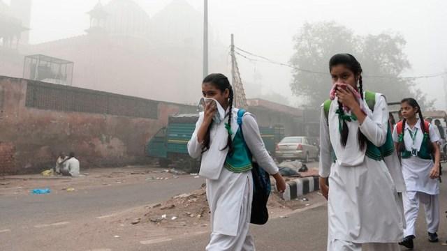 Nueva Delhi confinó a sus 29 millones de habitantes ante el devastador avance del coronavirus
