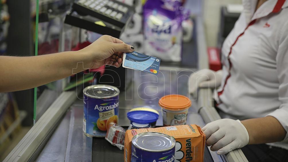 La Tarjeta Alimentar permite mejorar la nutrición con la compra de alimentos frescos, promover la compra local y generar inyección de dinero en el sector de alimentos.