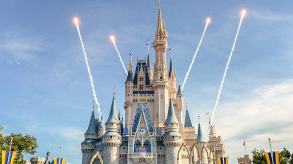 Vuelven los tapabocas a los parques de Disney