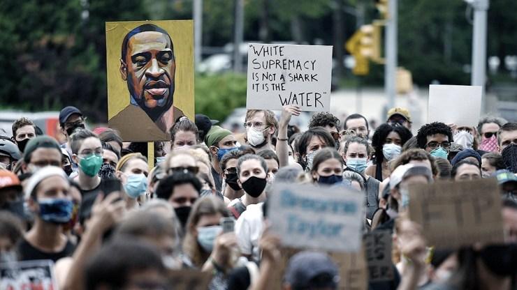 Derek Chauvin, el policía blanco que asfixió a Floyd, convertido en símbolo de la violencia racial en Estados Unidos, fue condenado a 22 años y medio de cárcel.