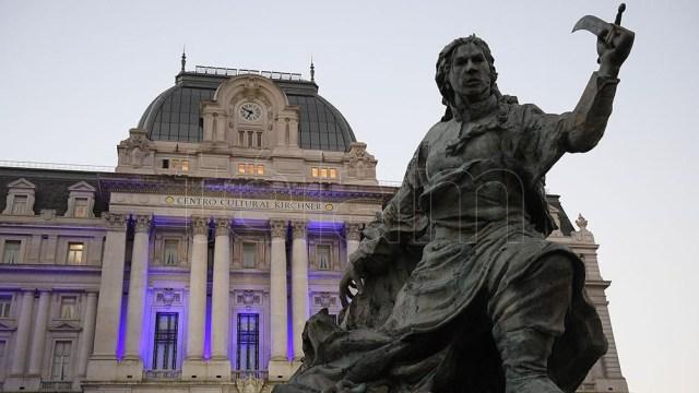 Imagen del monumento a Juana Azurduy frente al CCK.