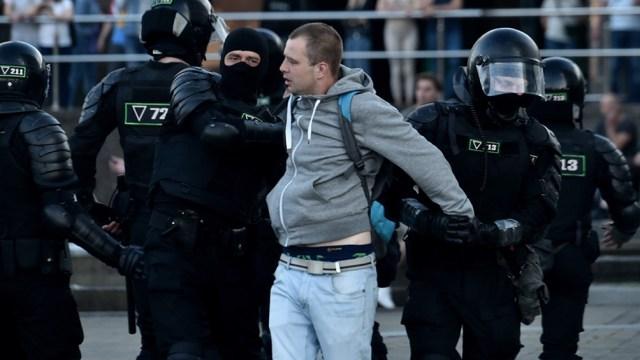 Los manifestantes son reprimidos con brutalidad por la policía y los detenidos puestos en libertad denunciaron torturas y golpizas en los centros de detención.