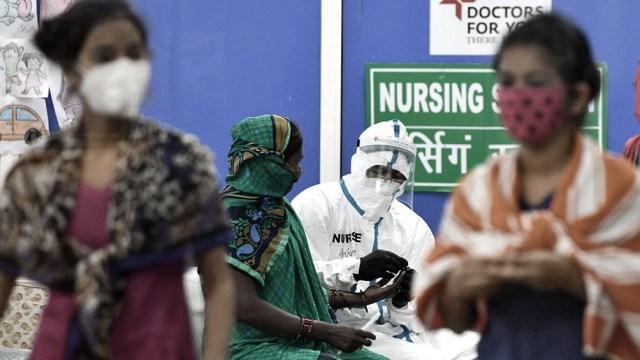 Con contagios en baja, India teme un repunte por una temporada de festivales