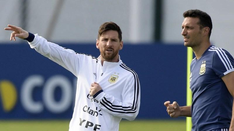 El capitán Lionel Messi y el DT Lionel Scaloni.